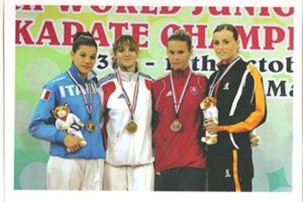 Na stupňoch víťazov. Zuzana Schwartzová (druhá sprava) s bronzovou medailou.