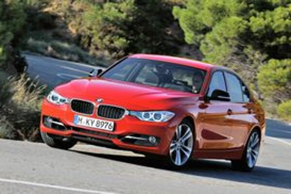 """Nové BMW radu 3. Typické """"obličky"""" sú teraz opticky prepojené s reflektormi."""
