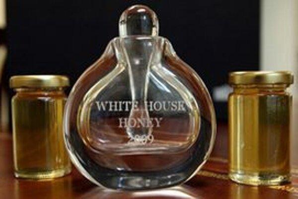 Fľaštička vzácneho medu. Med produkujú včely, ktoré majú svoje úle na trávniku Bieleho domu.