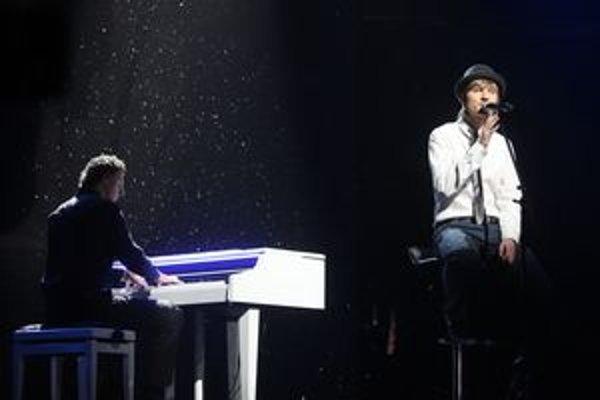 Miláčik dievčat. Podmanivý pohľad, clivá pieseň a fanúšičky Tomášovi poslali záplavu hlasov.