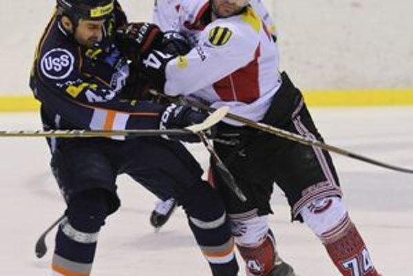 Momentka z posledného duelu. Peter Bartoš z Košíc a Matej Cuník z Bystrice v zápase HC Košice - HC'05 Banská Bystrica.