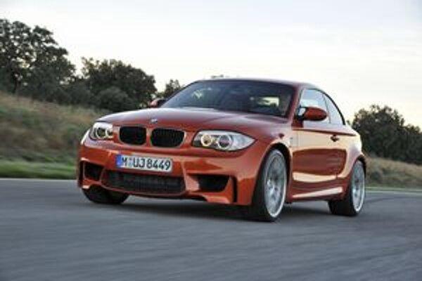 Športové BMW 1er M Coupé. Prednej časti dominujú tri veľké otvory na vstup chladiaceho vzduchu.