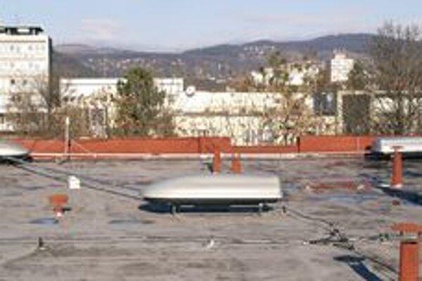 Strešné boxy s detektormi. Detektory kozmického žiarenia sú umiestnené na streche budovy košickej prírodovedeckej fakulty.