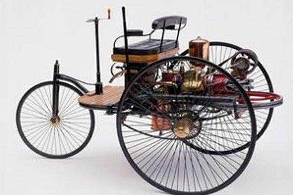 Benz Patent-Motorwagen. Táto kópia prvého automobilu je exponátom firemného múzea Mercedes-Benz v Stuttgarte.