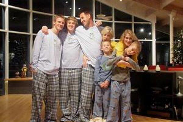 Hostiteľská rodina. M. Janikov (prvý zľava) s rodinou, ktorá vlastní patent na rezonanciu.