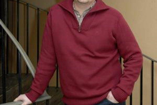 Ideálny partner. Peter Sklár bez problémov navarí, povysáva i umyje riad.