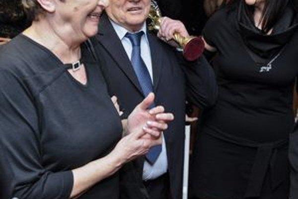 S manželkou a Otom. Pri Dančiakovom uvedení do Siene slávy a odovzdaní ocenenia OTO nemohla chýbať ani jeho verná sprievodkyňa - manželka Darina.
