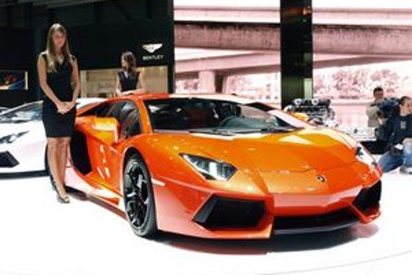 Superšportové Lamborghini Aventador. Podľa tradície má je aj model Aventador pomenovaný podľa býka, ktorý podľahol toreadorovi.