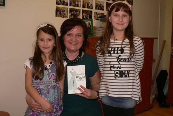 Zuzana Šedá so svojou novinkou a dcérami Sofiou a Simonkou.