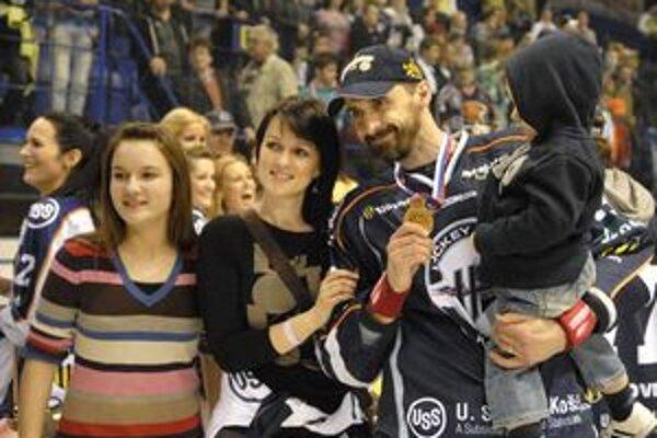 Kapitán šampiónov. Peter Bartoš zažil v Košiciach už tretie majstrovské oslavy.