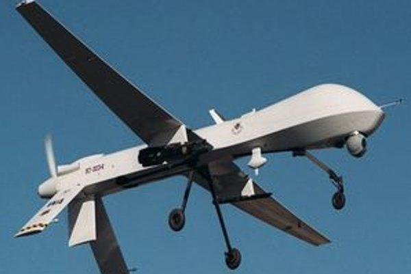 Bezpilotné lietadlo Predator. Predator je poháňaný piestovým motorom a môže byť vystrojený strelami Hellfire.