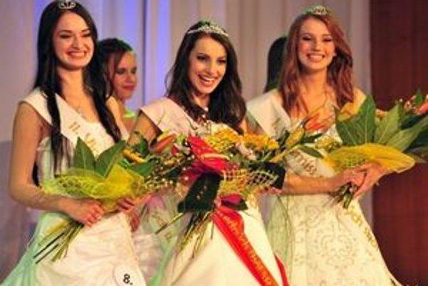 Mirka Dobránska (tretia zľava). Prešovčanka získala titul I. vicemiss na súťaži Miss stredných škôl 2011.