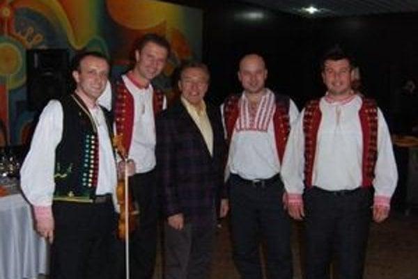 S Karlom Gottom. Kandráčovci sa s ním stretli na recepcii po jeho popradskom koncerte (2010), kde sa starali o kultúrny program.