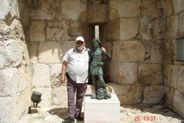 Juraj Guttman pri soche Dávida počas návštevy v Izraeli.