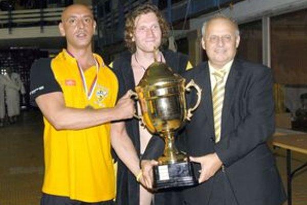 Tréner, kapitán tímu a prezident klubu s trofejou. Zľava Róbert Kaid, Karol Bačo a Miloslav Pinčák.