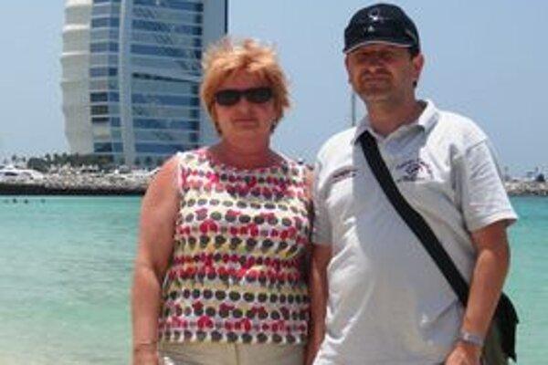 Alena Rychnavská s manželom Martinom pred hotelom Burj Al Arab v Dubaji.