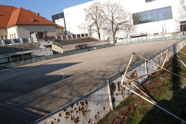 Ihrisko v areáli CVČ Domino, tribúna je uzavretá pre problémy so statikou. Biela budova v pozadí sú Mlyny.