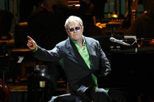 Do šatne chcel Elton John ako futbalový fanúšik televízor so športovými kanálmi.