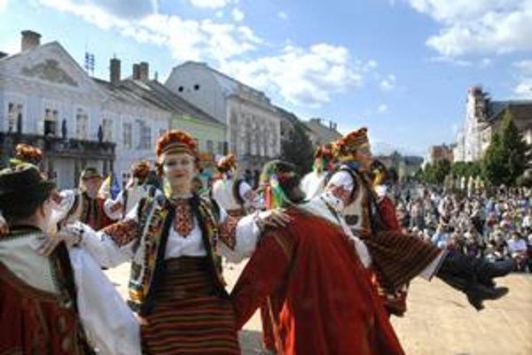 Ukrajinský folklór. Zaujal temperamentom i farebnosťou krojov.