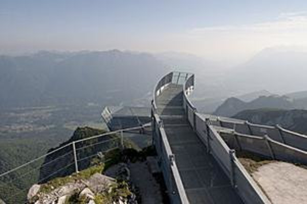 Vyhliadková plošina AlpspiX. Plošina AlpspiX je vysunutá 13 metrov zo skalného masívu Alpspitze a je tisíc metrov nad údolím.