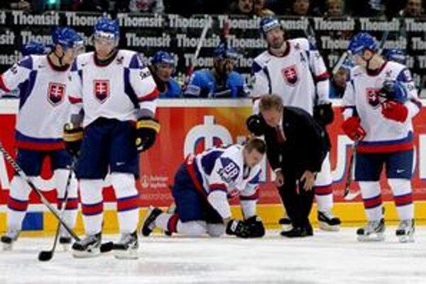 Tomáš Bulík. Hráč Jugry Chanty Mansijsk sa takto zviechal z ľadu počas MS v Nemecku v zápase s Kazachstanom.