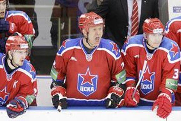 Spomienka na 11. december 2009. Prezident moskovského klubu Vjačeslav Fetisov si ako 51–ročný zahral v najvyššej súťaži v drese CSKA.