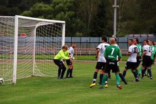 Vyrovnávajúci gól Čižmára na 1:1 prekvapil hráčov Krompách.