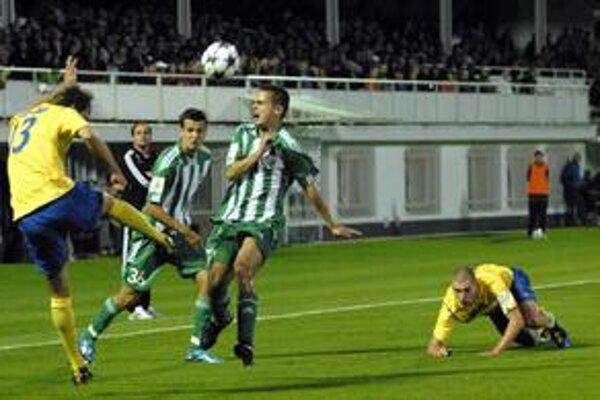Na pohár chcú zabudnúť. Kapitán MFK Róbert Cicman (vľavo v derby s Prešovom) verí v body zo Zlatých Moraviec.