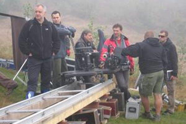 Filmový štáb. Prvé natáčanie sa malo konať ráno o ôsmej, štáb však musí čakať, kým opadne hmla. Vľavo režisér Martin Šulík.