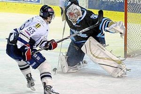 Posila. Ján Laco z HC Nitra (vpravo) úspešný proti Róbertovi Hunovi z HC Slovan Bratislava.