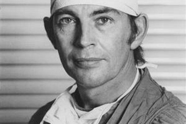 Profesor Christiaan Neethling Barnard uskutočnil 3. decembra 1967 prvú transplantáciu srdca z človeka na človeka.