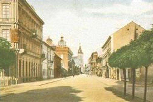 Mlynská ulica. Ako prvá mala asfaltové chodníky aj cestu do parku, čím získala moderný vzhľad.