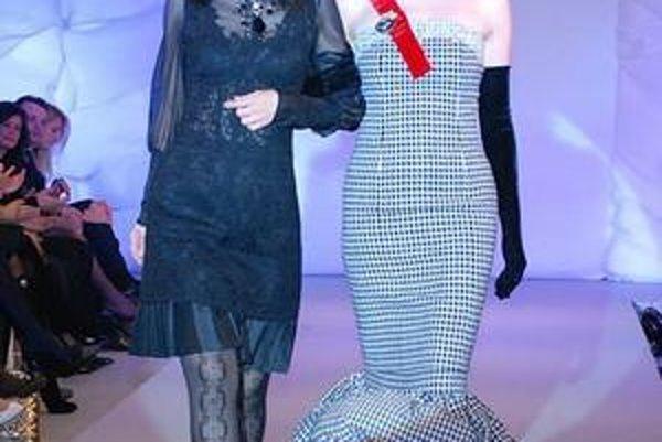Kráľovské. Návrhárka vykročila na mólo v sprievode modelky Lucie Hablovičovej.