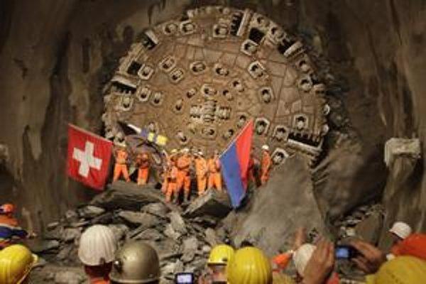 Oslava prerazenia tunela. Po dokončení bude Gotthardský tunel najdlhším železničným tunelom na svete.