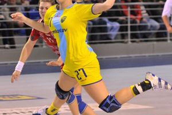 Spojka Iveta Mičiníková. Napriek zraneniu nastrieľala štyri góly.