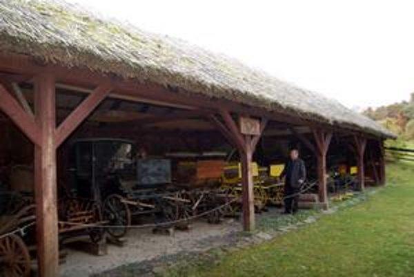 László Szalay je v zbieraní kočov slovenským rekordérom. Obdivuhodnú zbierku má v prístrešku pred farou.