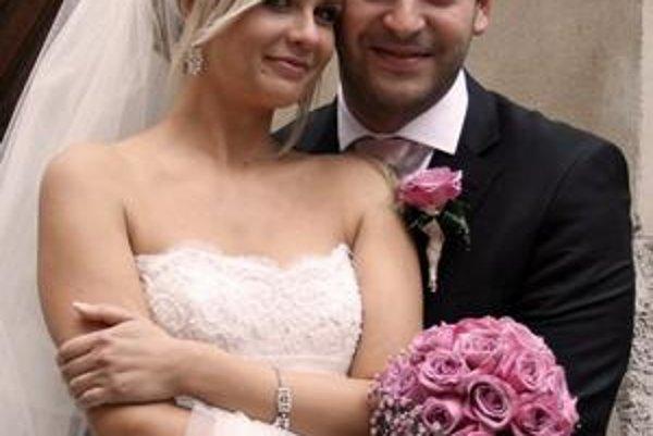 Martin Mňahončák s manželkou Katkou. Svadbu mali v deň ich narodenín, 28. septembra na Zvolenskom zámku.