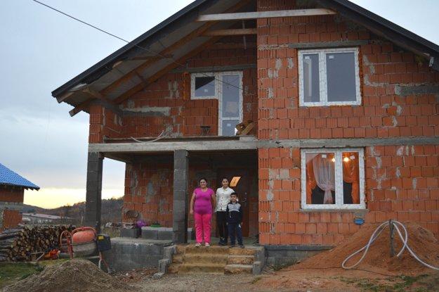 Muži z Vtáčkoviec sú šikovní murári, a tak je nových domov v osade veľa. Rómovia stavajú na pozemkoch po bývalom družstve.