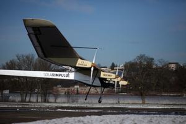 Lietadlo Solar Impulse. Hnacie elektromotory lietadla sú dobíjané slnečnými článkami, umiestnenými na hornej ploche krídiel.