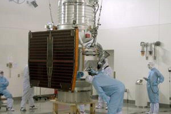 Príprava družice na štart. Družica WISE preskúma počas desiatich mesiacov celú oblohu v infračervenom spektre.