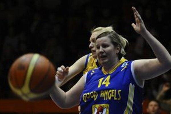 Alena Kováčová bojuje o loptu. Košičanky v Prahe uspeli, sú medzi šestnástimi najlepšími tímami Európy.