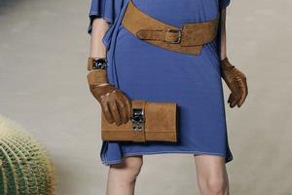 Zaujímavé doplnky - opasky, kabelky a topánky sú nevyhnutnosťou originálneho outfitu.