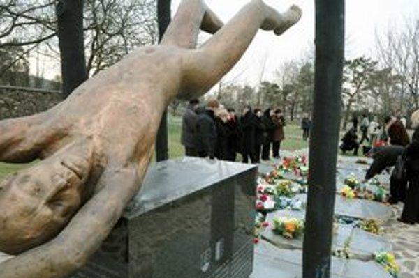 Pamätník obetiam leteckého nešťastia spred štyroch rokov v obci Hejce.