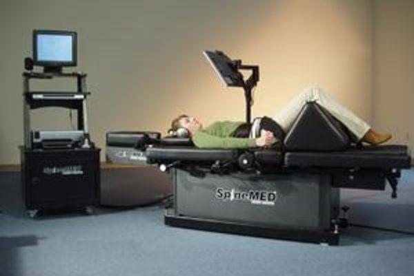 """""""Naťahovací"""" stôl SpineMED. Na tomto stole sa vykonáva počítačom riadená spinálna dekompresia, ktorou sa odľahčí poškodená chrbtica."""