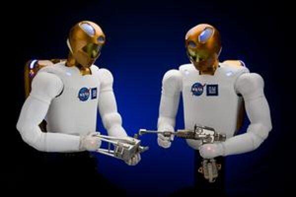 Humanoidné roboty Robonaut 2. Takéto roboty by mali počas vesmírnych misií spolupracovať s astronautmi.