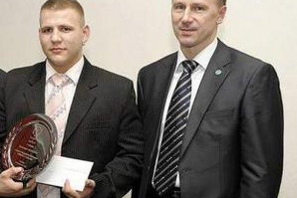 Laureát. D. Hegyes (vľavo) s prezidentom SZKB Petrom Onuščákom.