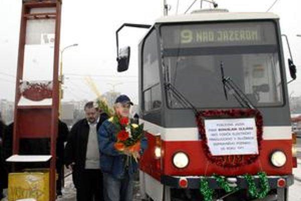 S najstarším profesionálnym vodičom MHD sa prišli rozlúčiť mnohí kolegovia.