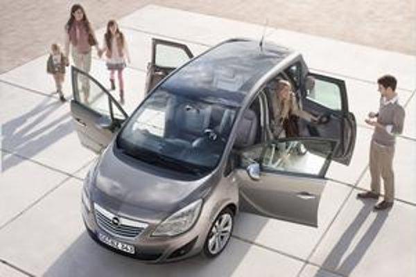 Opel Meriva druhej generácie. Predné a zadné dvere sa otvárajú proti sebe.