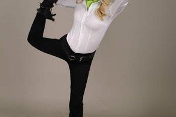 Blondínka v kanadách. Možno, že sa jej taká obuv zapáči a stane sa z toho módny hit.