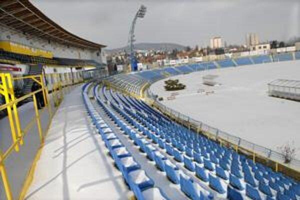 Štadión v Čermeli. Snehová prikrývka síce zmizla, no trávnik je nasiaknutý vodou.